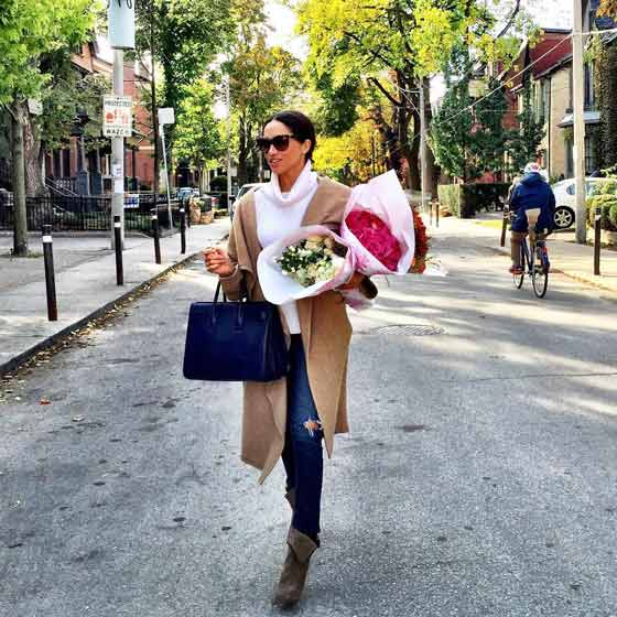 meghan markle carrying wrapped flowers